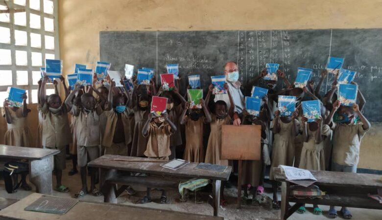 La Fundación Takeli reparte 1000 kits de material escolar.